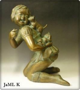 猫と遊ぶ少女の銅像